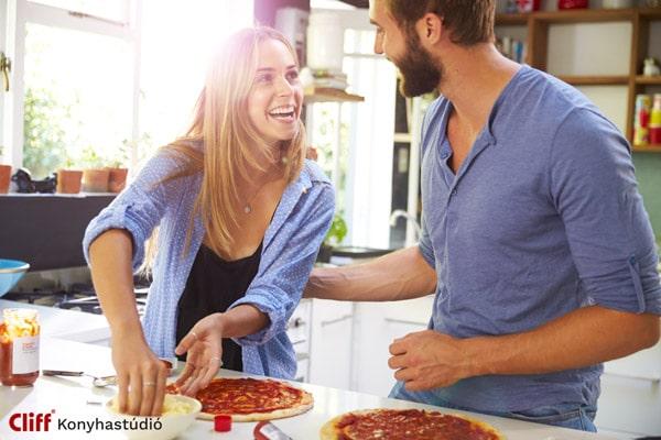 Házaspár pizzát süt a designes konyhában - Cliff konyhabútor