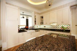 Fehér Vintage konyha - Shalem konyhabútor nagy szigettel - Cliff konyhák Sopron