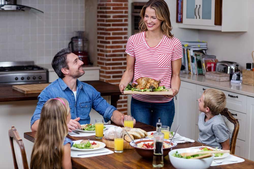 Család együtt konyha elrendzve, megterítve - Cliff konyhabútor